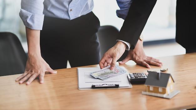 Zamyka w górę widoku zarabia pieniądze agent nieruchomości