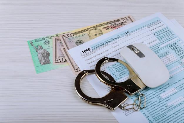 Zamyka w górę widoku zwrotów podatku dochodowego kajdanki na podatek dochodowy formy zwrotnej tle