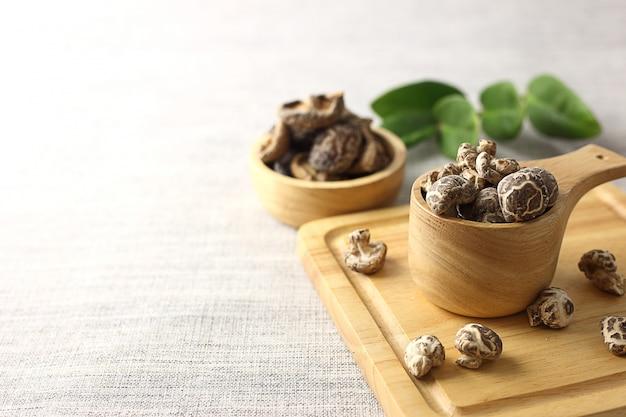 Zamykający suche shiitake pieczarki na tnącej desce