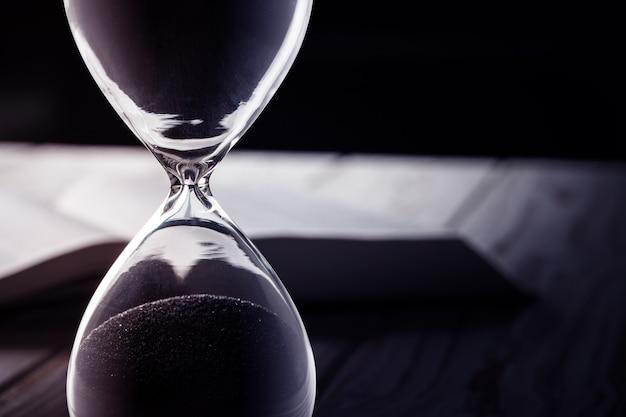 Zamykający up sandglass lub hourglass na tle
