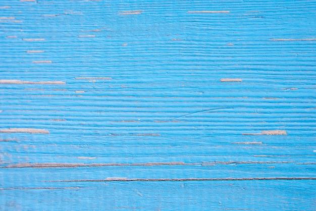 Zamykanie na niebieskich drewnianych panelach ogrodzenia