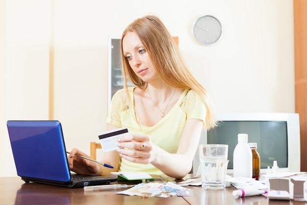 Zamyślona kobieta kupuje leki online