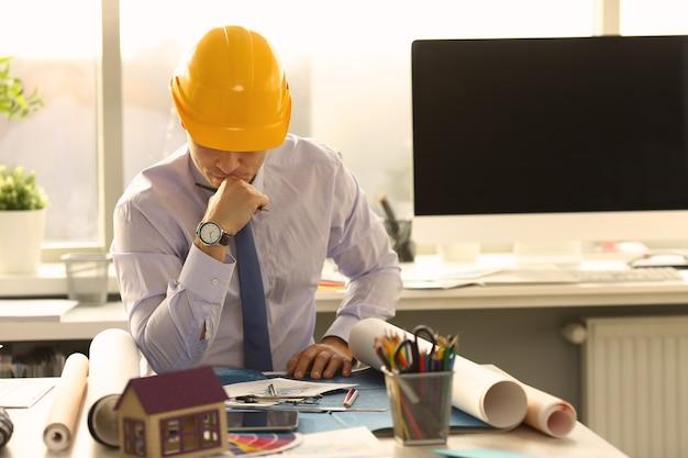 Zamyślony architekt w biurze inżynierskim
