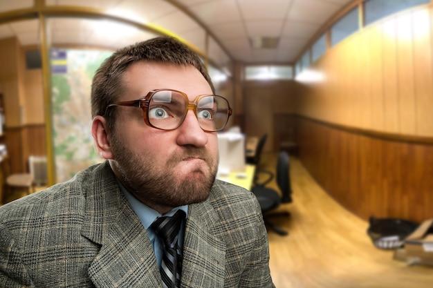 Zamyślony biznesmen w biurze