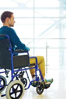 Zamyślony człowiek na wózku inwalidzkim