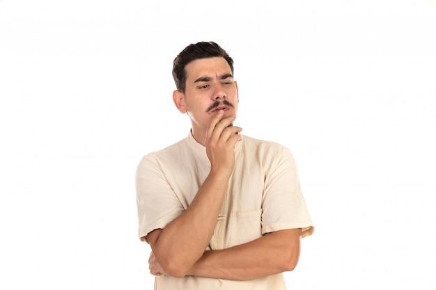 Zamyślony facet z wąsami