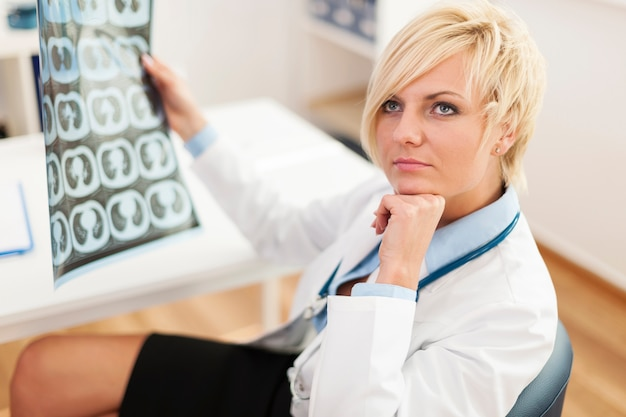 Zamyślony lekarka z obrazem rentgenowskim