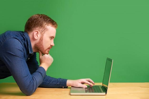 Zamyślony mężczyzna czytający e-mail