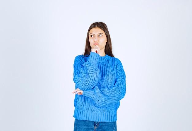 Zamyślony model młoda dziewczyna stoi i odwraca wzrok.
