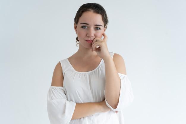 Zamyślony, piękna kobieta, dotykając twarzy
