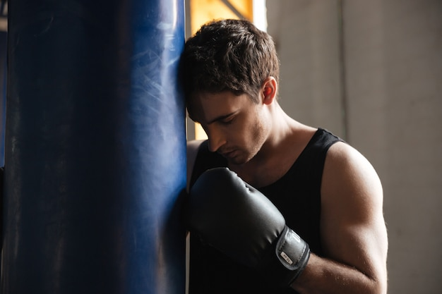 Zamyślony sportowiec bokser myśli o treningu