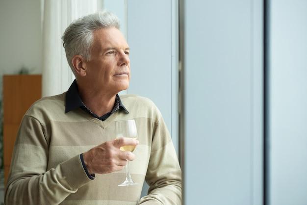 Zamyślony starszy mężczyzna