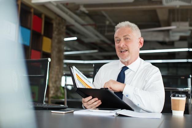 Zamyślony wykonawczy o ulepszonym biznesplanie