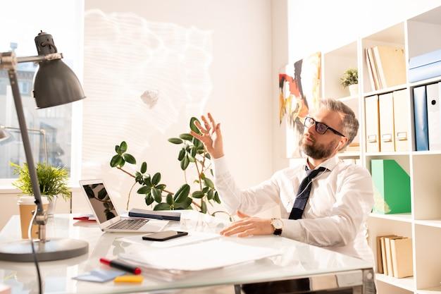 Zamyślony zdenerwowany biznesmen bez kreatywnych pomysłów