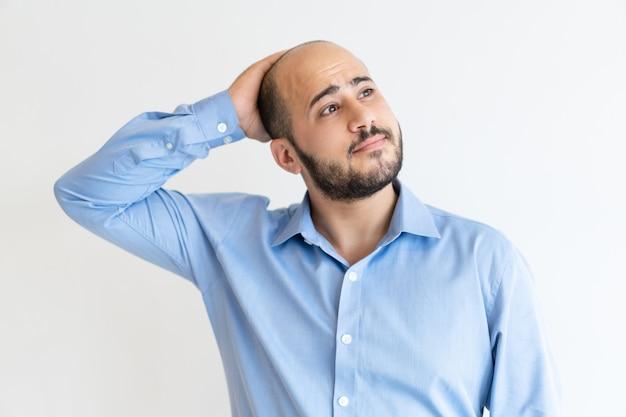 Zamyślony zmęczony kierownik myślenia nad wakacje