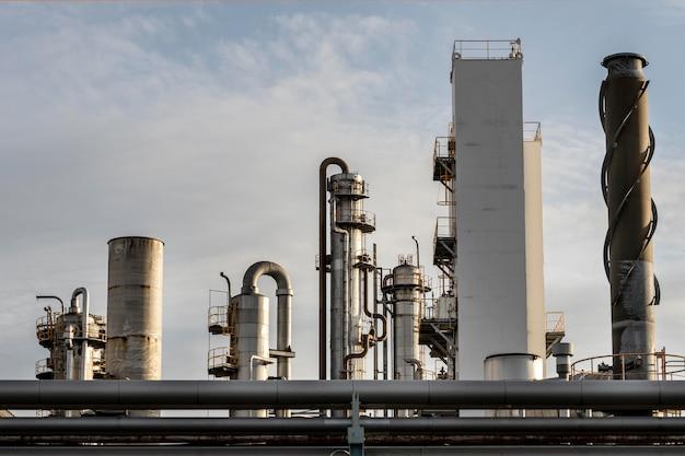 Zanieczyszczenia i przemysł na zewnątrz w świetle dziennym