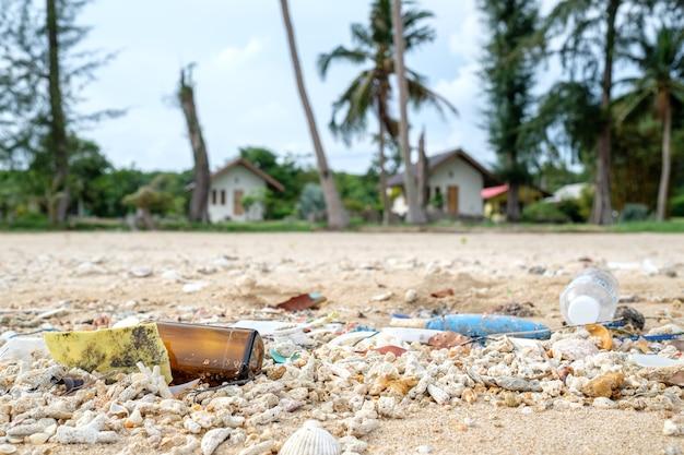 Zanieczyszczenia i śmieci na plaży.