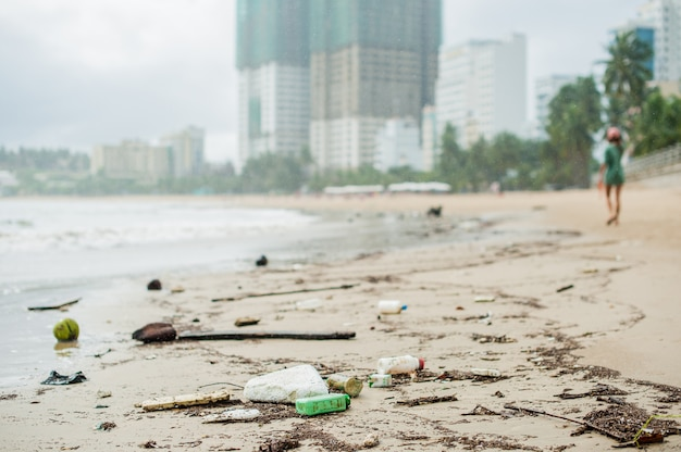 Zanieczyszczenia na plaży. plastikowe butelki i inne śmieci na plaży