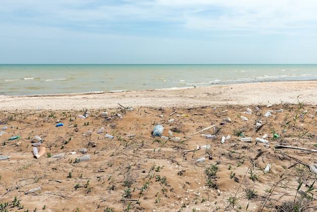 Zanieczyszczenie morza plastikowymi butelkami. problem ekologiczny