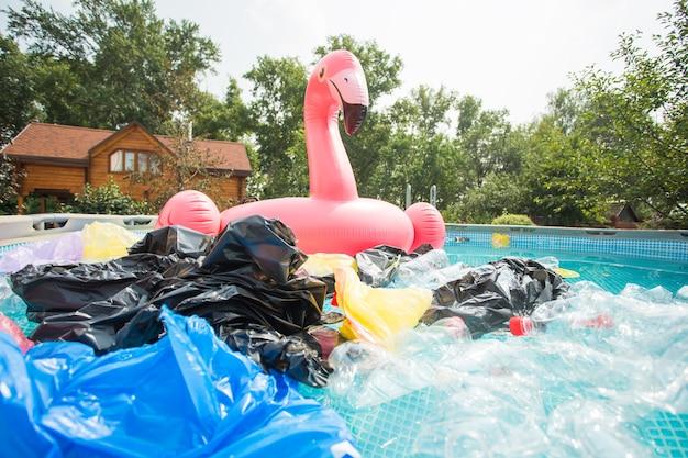 Zanieczyszczenie odpadami z tworzyw sztucznych w środowisku wodnym.