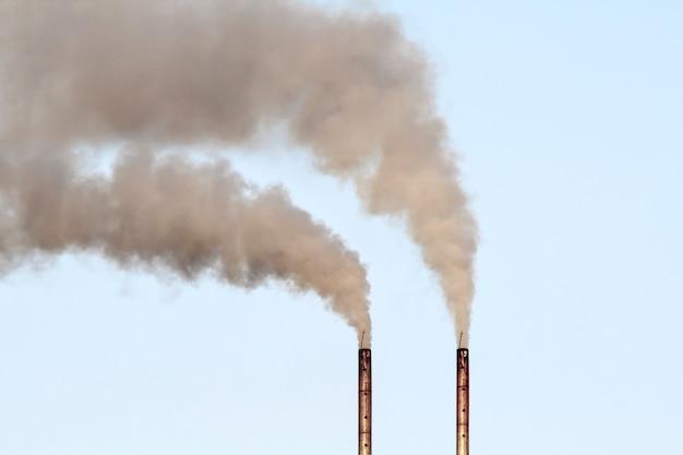Zanieczyszczenie powietrza dymem wydobywającym się z fabryki