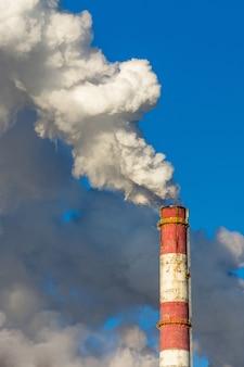 Zanieczyszczenie powietrza, toksyczne chmury gazu pochodzące z fabryki przemysłowej, globalne ocieplenie