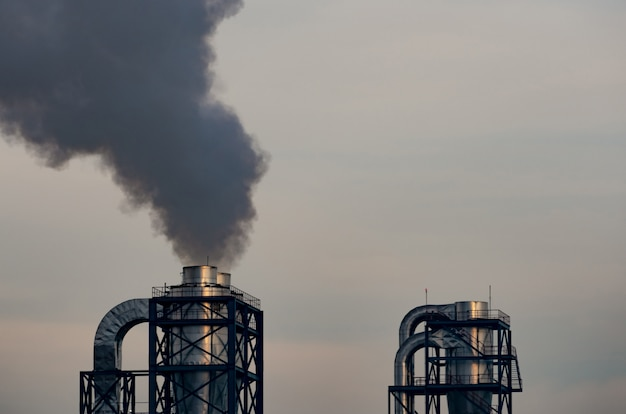 Zanieczyszczenie powietrza z fabryki. czarny dym z komina przemysłowej rury. koncepcja problemu globalnego ocieplenia. wskaźniki emisji zanieczyszczeń powietrza. zanieczyszczenie powietrza pył pm 2.5. wyzwalacze astmy i pochp.