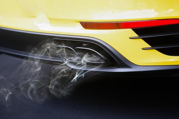 Zanieczyszczenie powietrza z rury wydechowej pojazdu na drodze