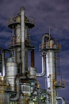 Zanieczyszczenie środowiska i fasada fabryki w nocy