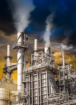 Zanieczyszczenie toksycznymi spalinami z komina przemysłowej rafinerii ropy naftowej