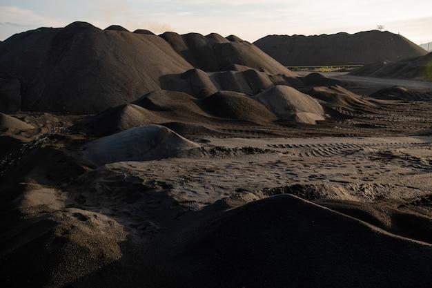 Zanieczyszczona, nieurodzajna i toksyczna gleba na terenie o złej sytuacji środowiskowej, która może być wykorzystana jako ilustracja katastrofy ekologicznej