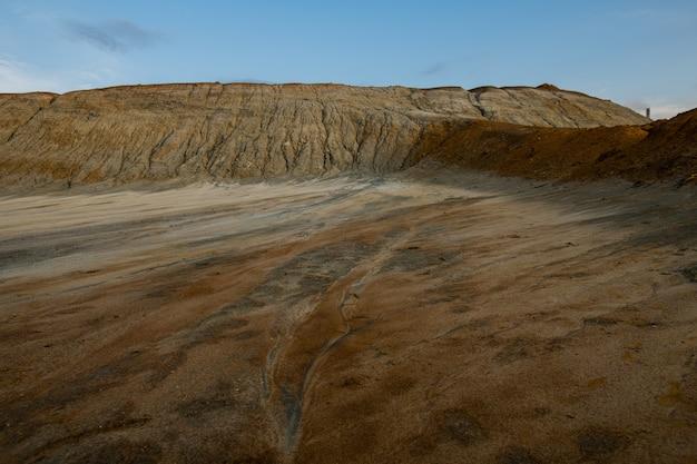 Zanieczyszczona popękana gleba na terytorium o złej sytuacji środowiskowej, która może być wykorzystana jako tło lub ilustracja katastrofy ekologicznej