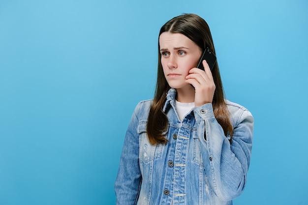 Zaniepokojona kobieta rozmawia przez telefon, rozwiązując problemy