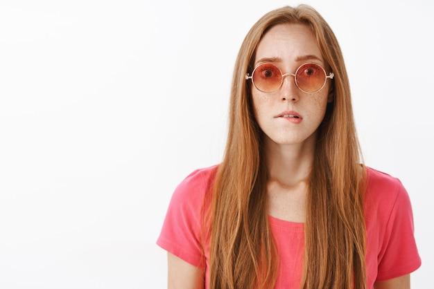 Zaniepokojona nerwowa kobieta o wyrzuceniu za duży błąd wywołująca panikę uczucie niepokoju i zmartwień gryzienie dolnej wargi i beznadziejne wpatrywanie się w modne okulary przeciwsłoneczne