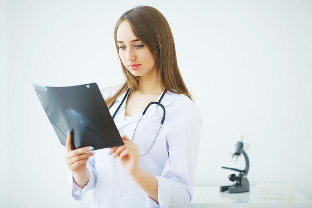 Zaniepokojona samiec lekarka patrzeje promieniowanie rentgenowskie w klinice