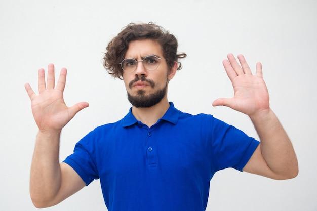 Zaniepokojony facet pokazuje dłonie
