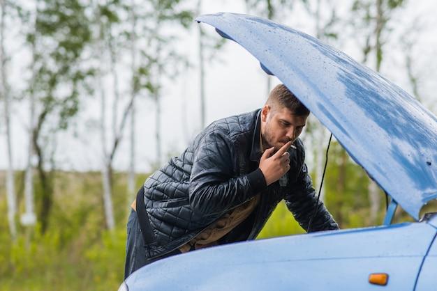 Zaniepokojony kierowca próbuje naprawić samochód