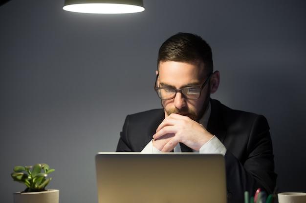 Zaniepokojony mężczyzna myśli o rozwiązaniu problemu firmy