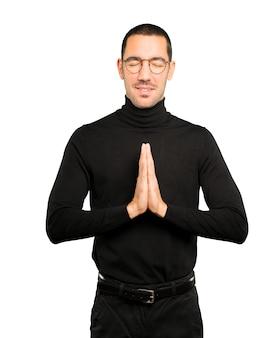 Zaniepokojony młody człowiek modlący się gest