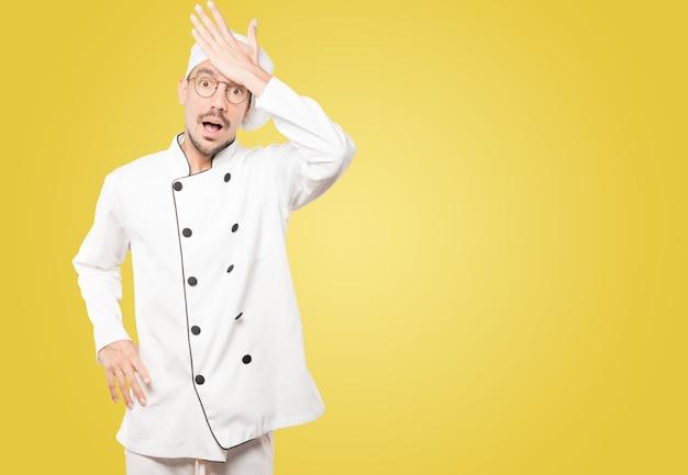 Zaniepokojony młody szef kuchni, który popełnił błąd