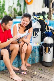 Zanurz mistrza i studenta w azjatyckiej szkole nurkowania