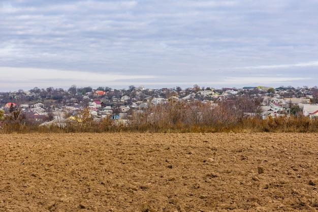 Zaorane pole jesienią. miasto uman na tle. ukraina