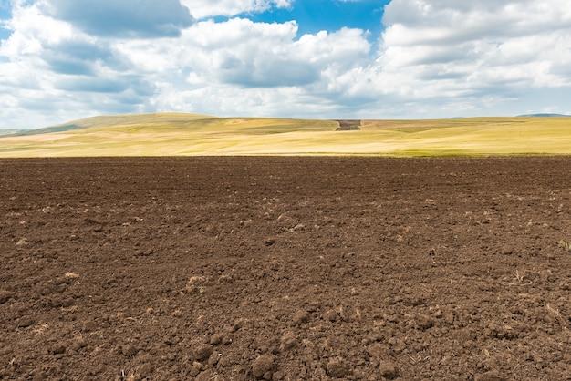 Zaorane pole z niebem i chmurami