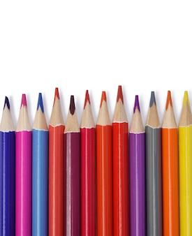 Zaostrzone kredki drewniane kolorowe na białym tle, widok z góry, komplet