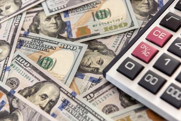 Zaoszczędź kalkulator pieniędzy i banknoty dolarowe. koncepcja finansów