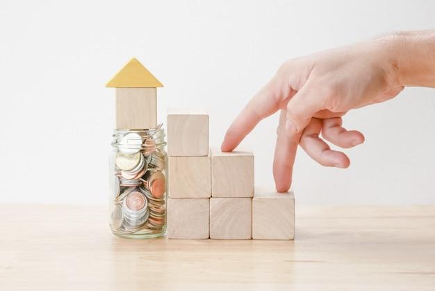 Zaoszczędź pieniądze dla koncepcji hipoteki inwestycyjnej przez blok drewna