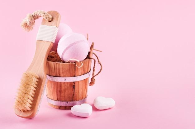 Zapachowe kule do kąpieli w drewnianym wiaderku i drewnianej szczotce