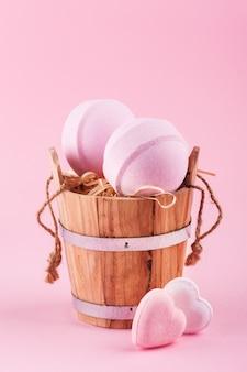 Zapachowe kule do kąpieli w drewnianym wiaderku