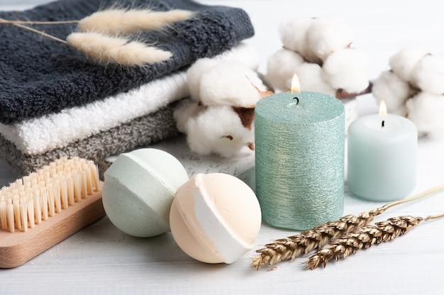Zapachowe kule do kąpieli w kompozycji spa z suchymi kwiatami i ręcznikami