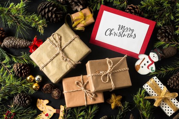 Zapakowane prezenty z ozdób choinkowych